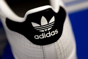 13c36ed83e530 Trims Adidas TM Win Over Skechers